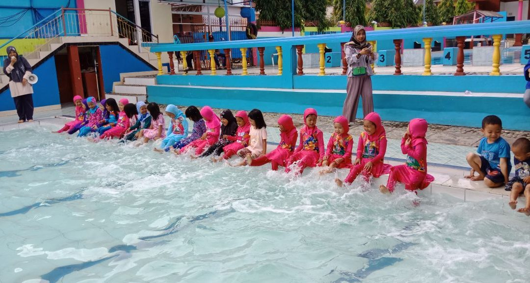 Berenang Sambil Belajar Tema Air